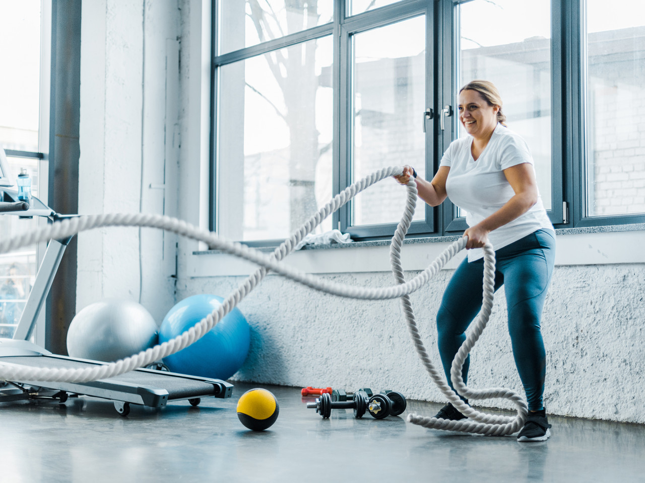 woman using battle ropes